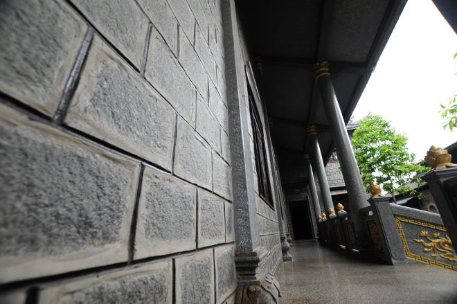 Sóc Trăng: Ngôi chùa đá đặc biệt ở miền Tây, trong chùa là những tượng phật bằng đá đen - Ảnh 2.