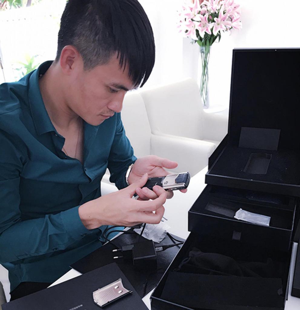 Khám phá chiếc điện thoại Vertu đắt đỏ mà Thuỷ Tiên từng tặng Công Vinh - Ảnh 1.