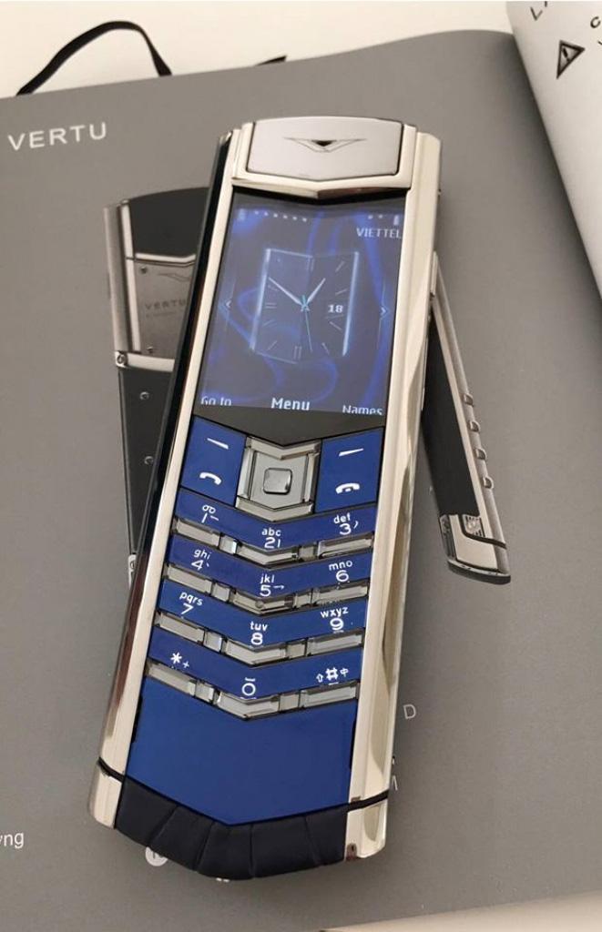 Khám phá chiếc điện thoại Vertu đắt đỏ mà Thuỷ Tiên từng tặng Công Vinh - Ảnh 3.