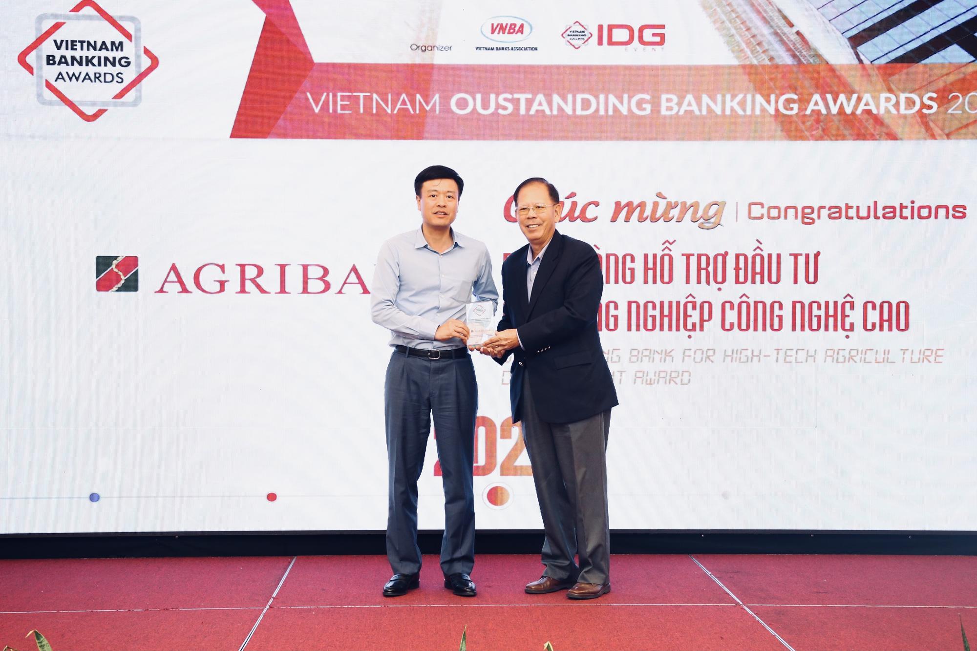 Agribank được vinh danh 2 giải thưởng Ngân hàng Việt Nam tiêu biểu 2020 - Ảnh 1.