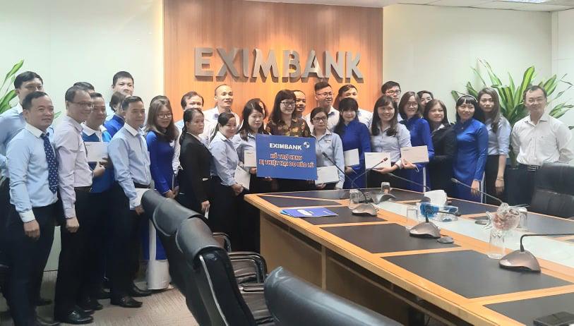 Công đoàn Ngân hàng Eximbank hỗ trợ nhân viên miền Trung sau trận lũ chồng lũ vừa qua - Ảnh 1.
