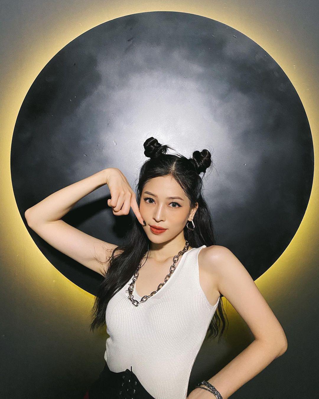 Hoàng Thùy Linh gợi cảm hút mắt, thần thái đỉnh cao trong hậu trường chụp hình thời trang - Ảnh 7.