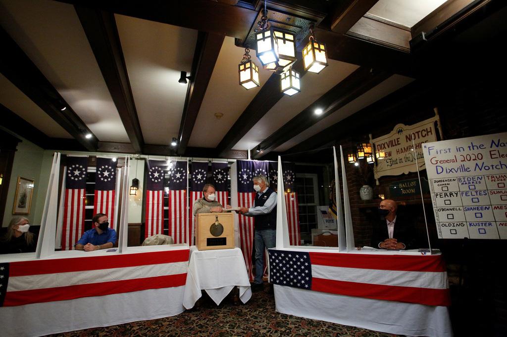 Cưỡi ngựa đi bỏ phiếu trong ngày bầu cử tổng thống Mỹ - Ảnh 1.