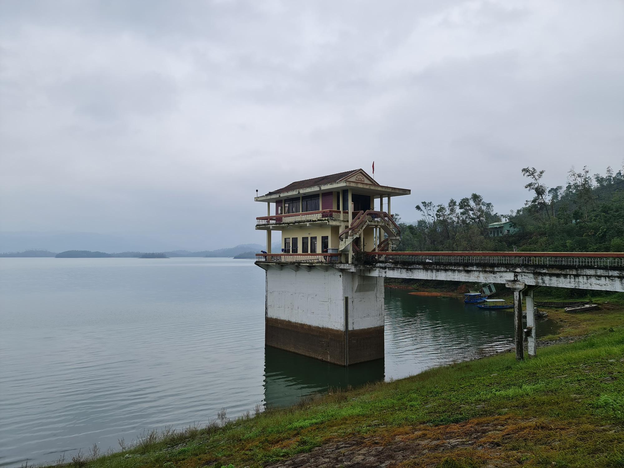 Quảng Nam: Hồ Phú Ninh an toàn, còn chứa khoảng 200 triệu mét khối nước - Ảnh 1.