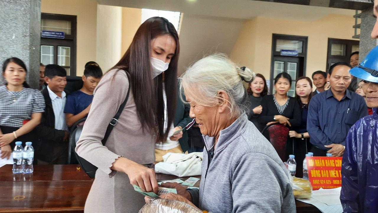 Thuỷ Tiên quay lại Quảng Trị hỗ trợ người dân bị ảnh hưởng lũ lụt - Ảnh 3.