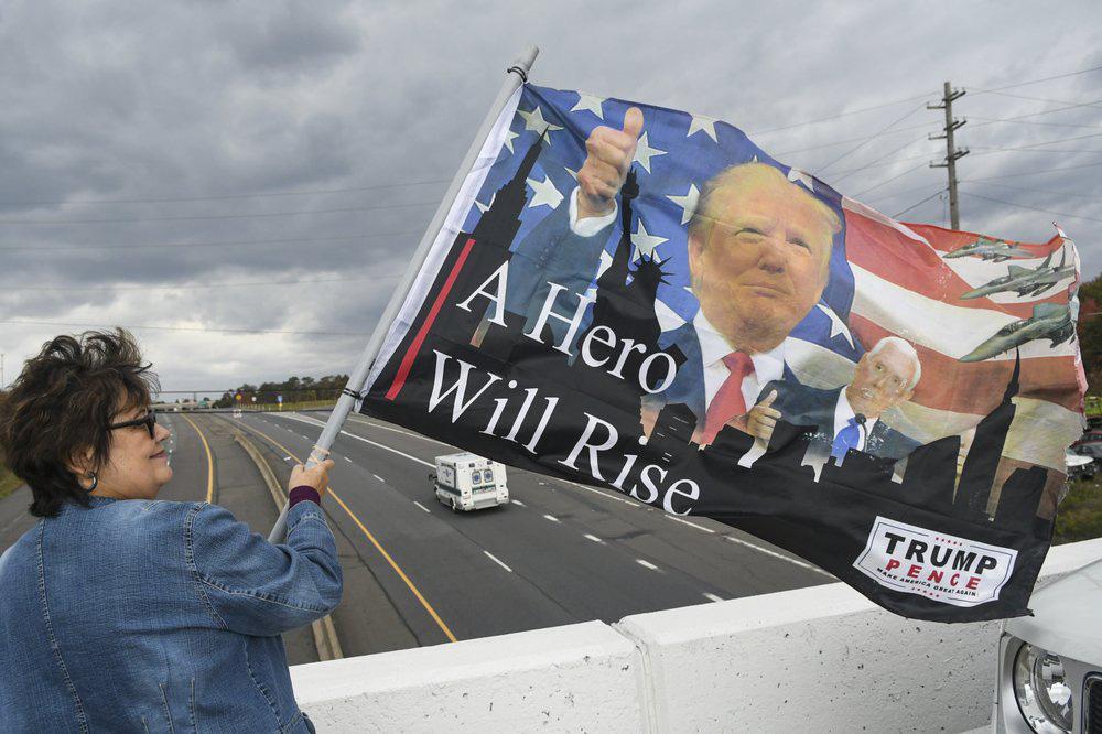Cưỡi ngựa đi bỏ phiếu trong ngày bầu cử tổng thống Mỹ - Ảnh 3.