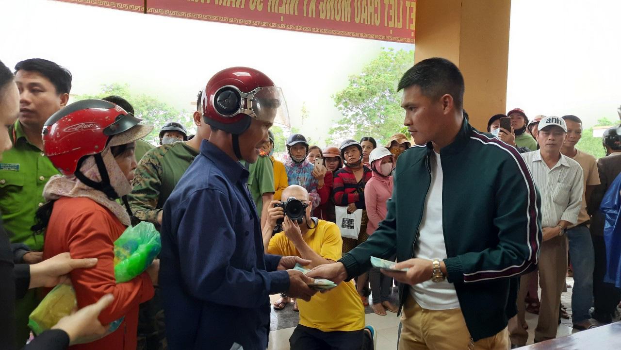 Thuỷ Tiên quay lại Quảng Trị hỗ trợ người dân bị ảnh hưởng lũ lụt - Ảnh 9.