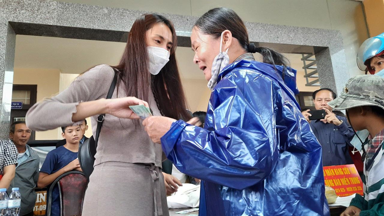 Thuỷ Tiên quay lại Quảng Trị hỗ trợ người dân bị ảnh hưởng lũ lụt - Ảnh 2.