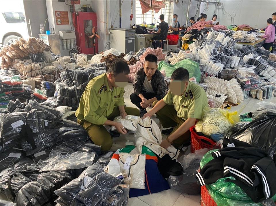 Bắt quả tang cơ sở gia công hàng trăm nghìn sản phẩm gắn mác Chanel, Gucci - Ảnh 2.