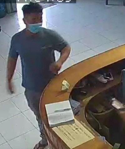 Công an phát thông báo truy tìm nghi phạm sát hại người phụ nữ ở khách sạn tại TPHCM - Ảnh 1.