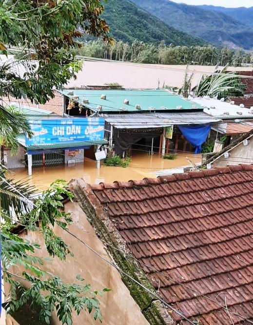 """Mất 500 tỷ do bão chưa lâu, người dân Bình Định tiếp tục """"gánh"""" thiệt hại trong lũ - Ảnh 1."""