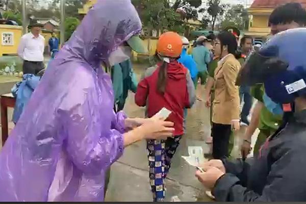 Thủy Tiên trùm áo mưa cứu trợ người dân Quảng Trị