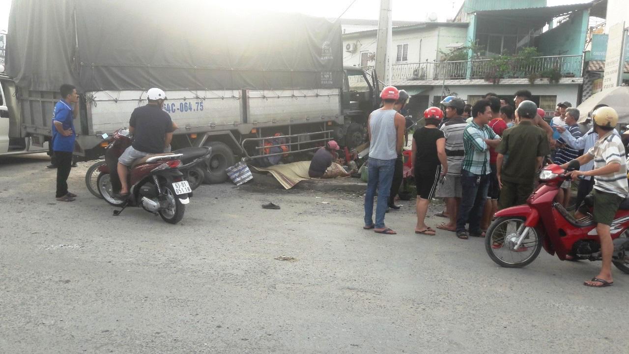 CLIP: Người đàn ông thoát chết hy hữu khi bị xe tải tông - Ảnh 1.