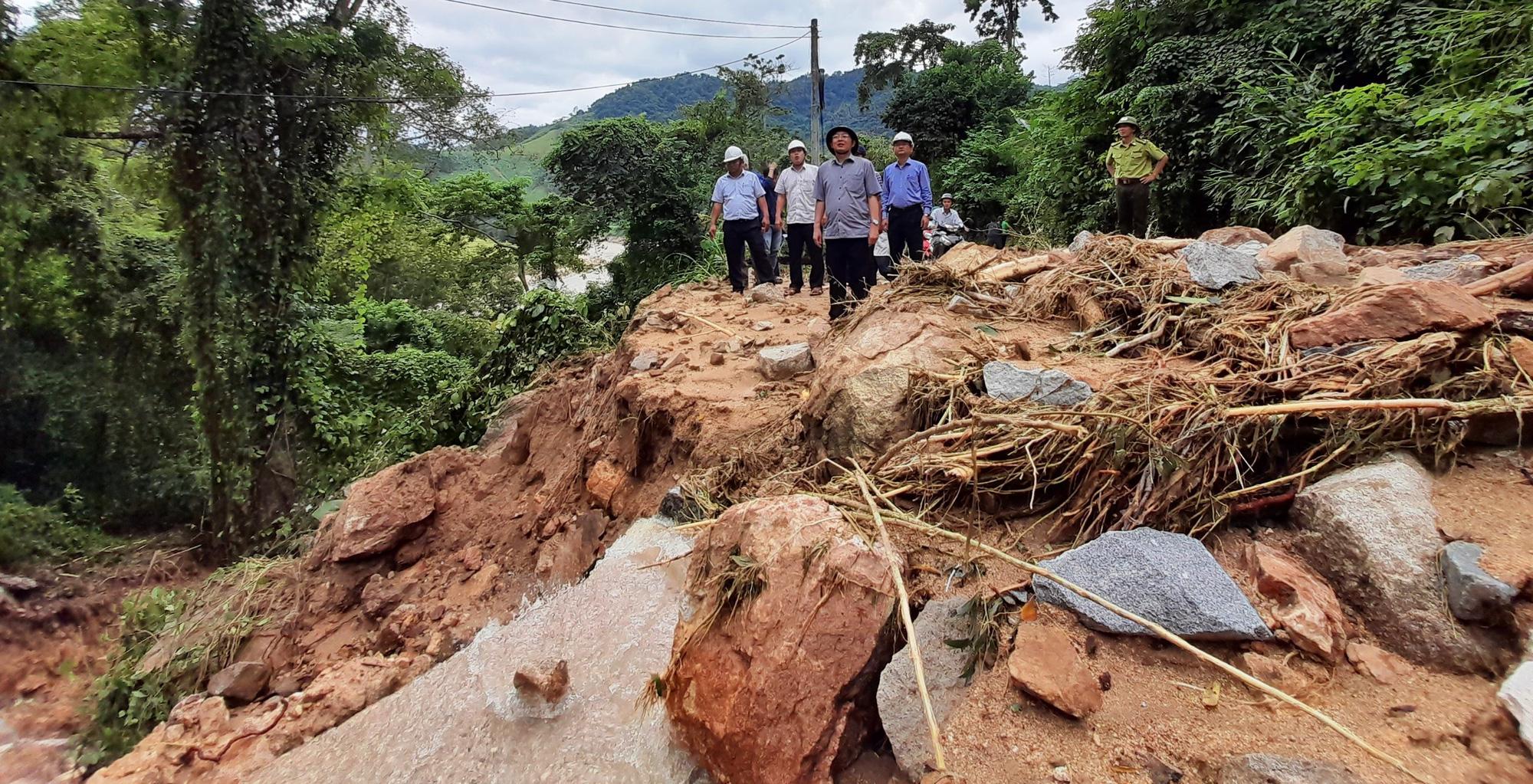 Bí thư, Chủ tịch tỉnh Bình Định Hồ Quốc Dũng thị sát điểm sạt lở nghiêm trọng ở miền núi - Ảnh 1.