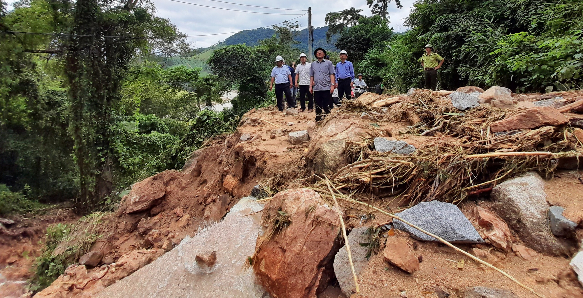 Khẩn trương khắc phục sạt lở do lũ quét tàn phá miền núi Bình Định - Ảnh 2.
