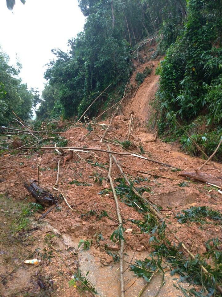 Nhiều điểm sạt lở, gây chia cắt ở miền núi Bình Định - Ảnh 2.