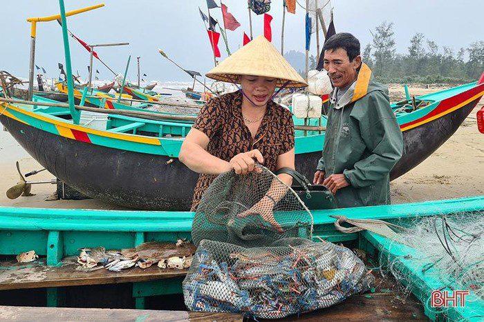 Hà Tĩnh: Tổ dân phố này ra biển đánh bắt, bất ngờ trúng loài cá này ví như lộc biển, thương lái tranh nhau mua - Ảnh 5.