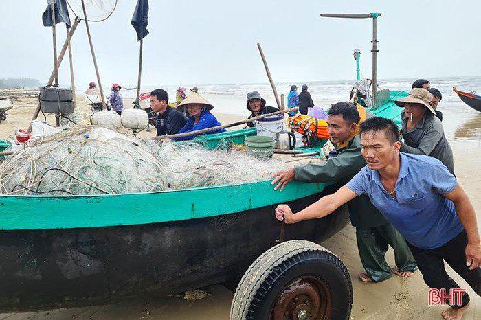 Hà Tĩnh: Tổ dân phố này ra biển đánh bắt, bất ngờ trúng loài cá này ví như lộc biển, thương lái tranh nhau mua - Ảnh 7.