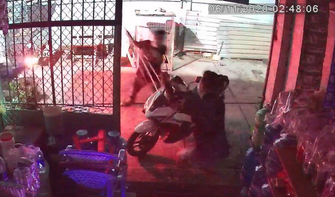 Người đàn ông ở TP.HCM bị truy sát kinh hoàng trước cửa nhà - Ảnh 2.
