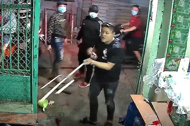 Người đàn ông ở TP.HCM bị truy sát kinh hoàng trước cửa nhà - Ảnh 3.