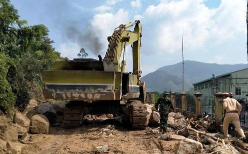 Khẩn trương khắc phục sạt lở do lũ quét tàn phá miền núi Bình Định - Ảnh 1.