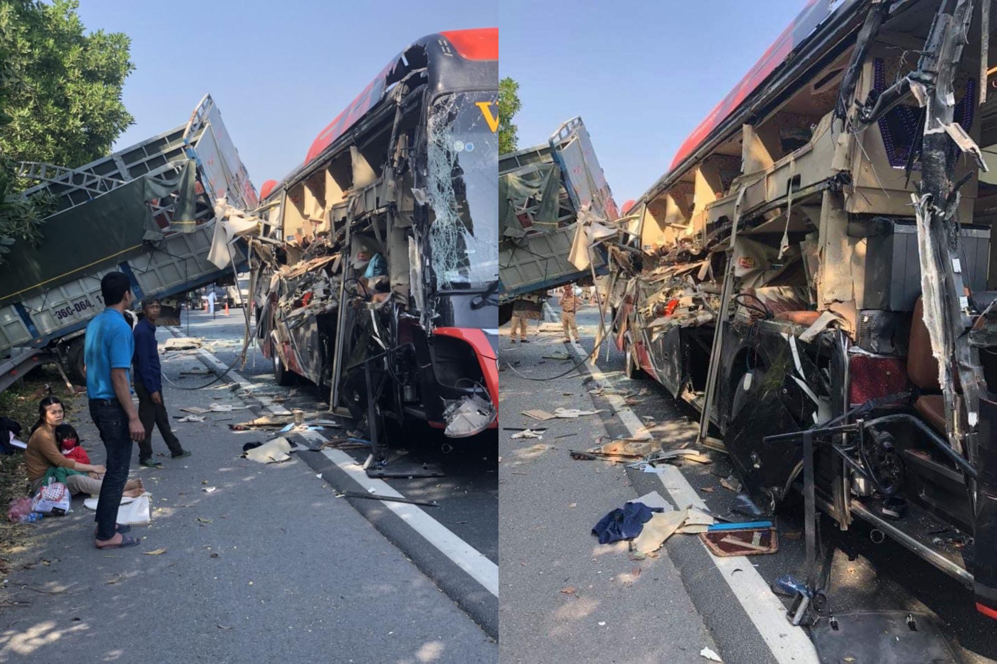 Xe khách nát vụn sau va chạm với xe tải, 4 người bị thương - Ảnh 1.