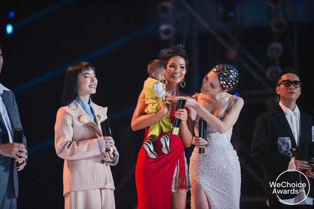 """Hoa hậu H'Hen Niê đau lòng khi nghe tin """"cậu bé tí hon"""" K'rể truyền cảm hứng qua đời - Ảnh 1."""