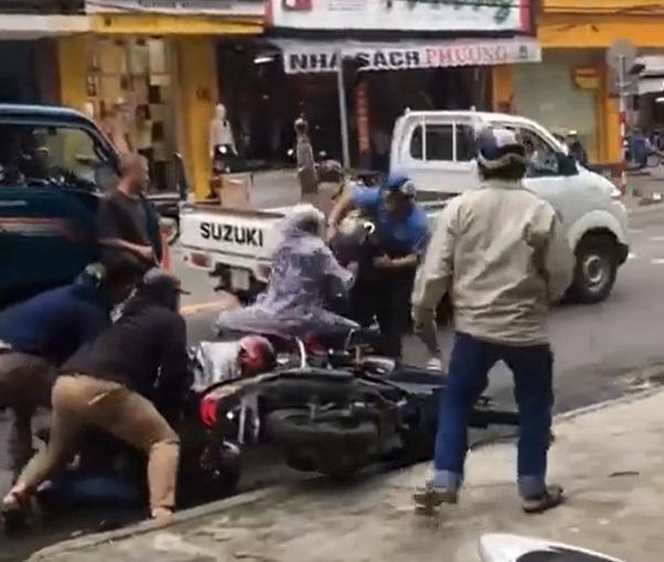 Clip: Công an nổ súng chỉ thiên, trấn áp nhóm trộm giữa đường phố Đà Nẵng - Ảnh 1.