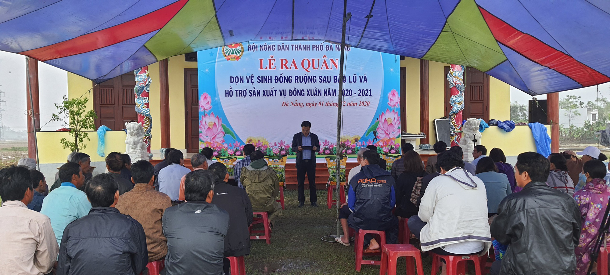 Hội Nông dân Đà Nẵng ra quân dọn vệ sinh đồng ruộng và hỗ trợ nông dân sản xuất sau bão lũ - Ảnh 2.