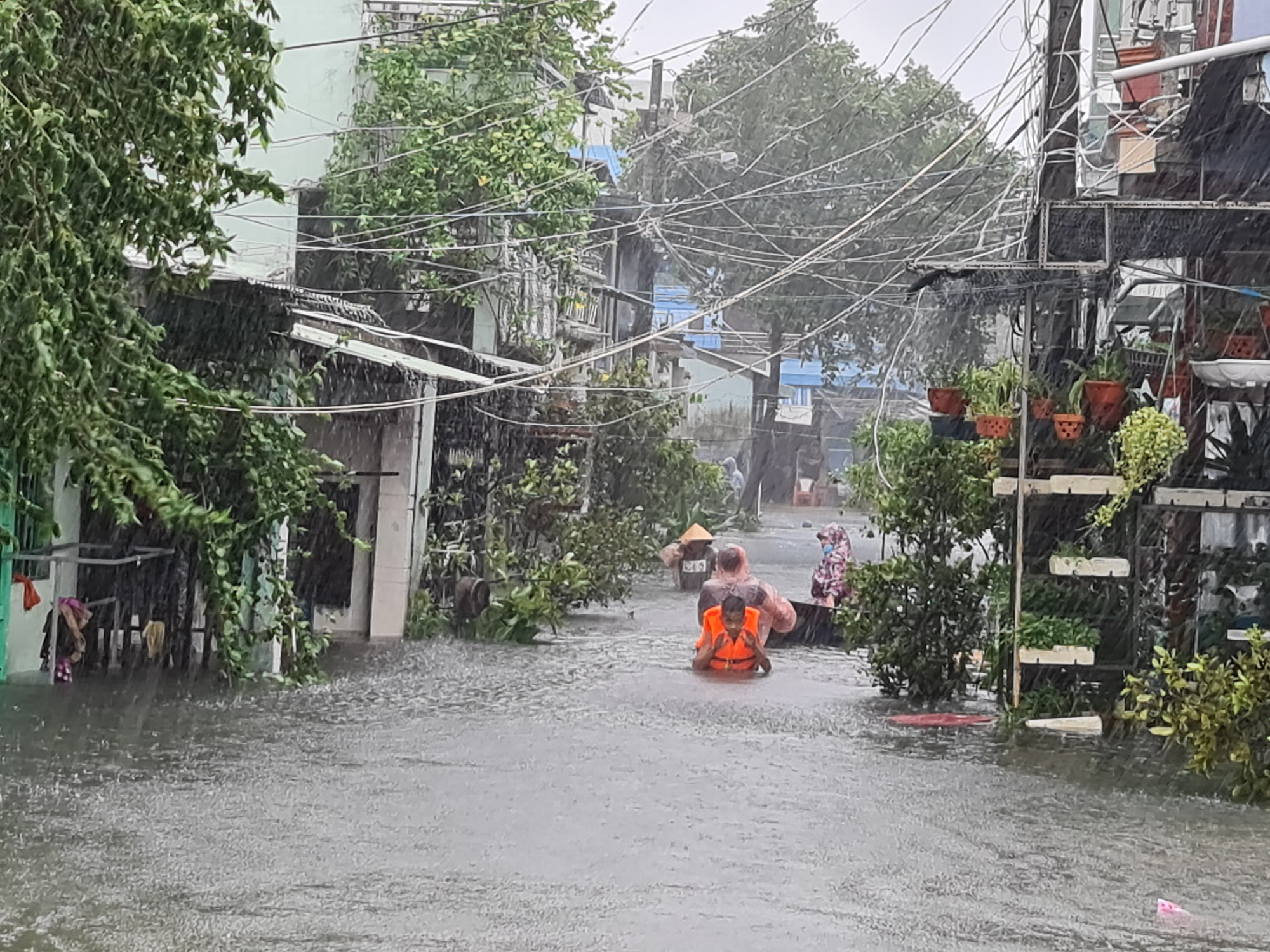 """Quảng Nam: Hồ thủy điện, thủy lợi xả lũ, dân lại """"bì bõm"""" trong nước - Ảnh 1."""