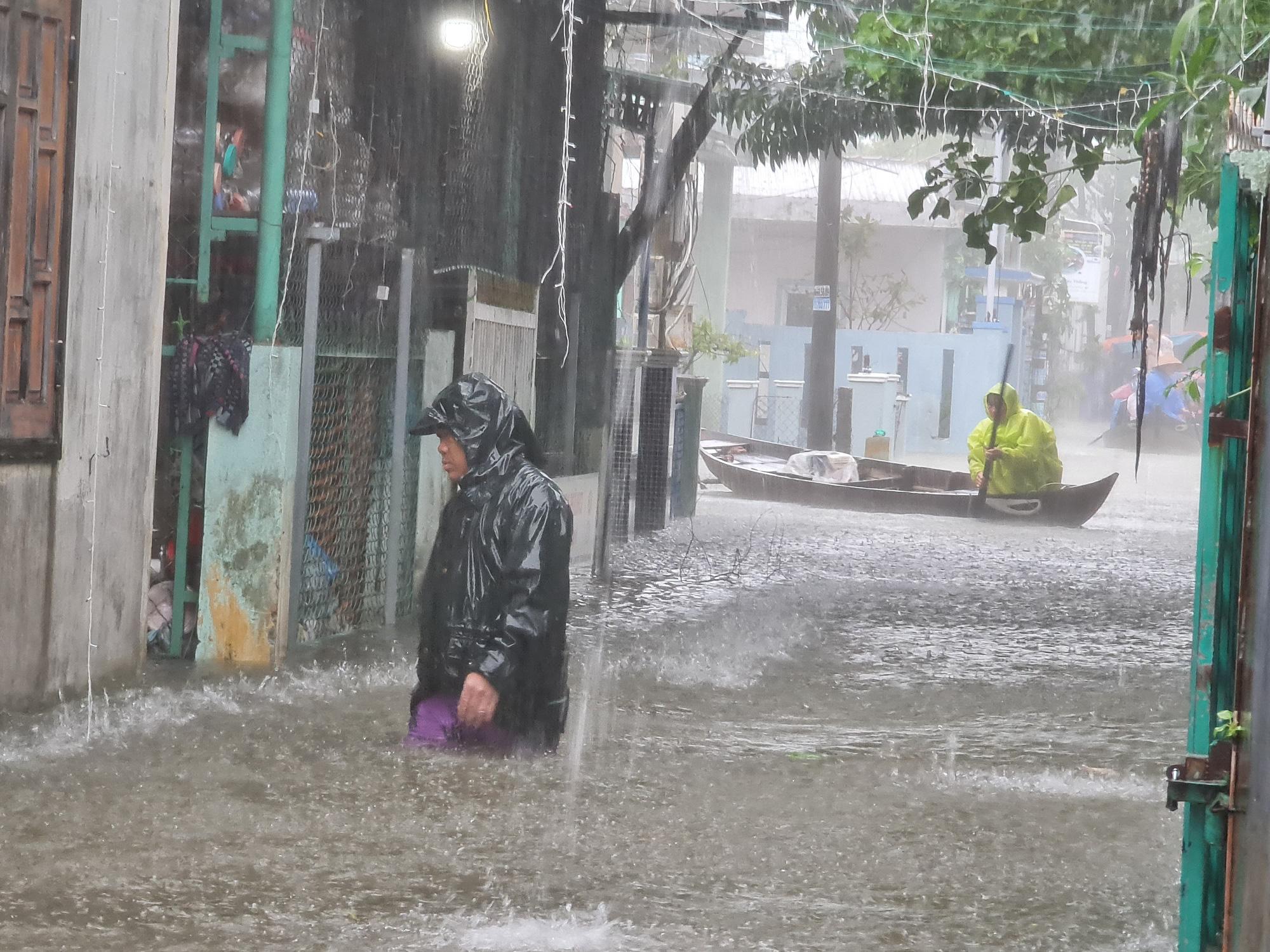 """Quảng Nam: Hồ thủy điện, thủy lợi xả lũ, dân lại """"bì bõm"""" trong nước - Ảnh 3."""