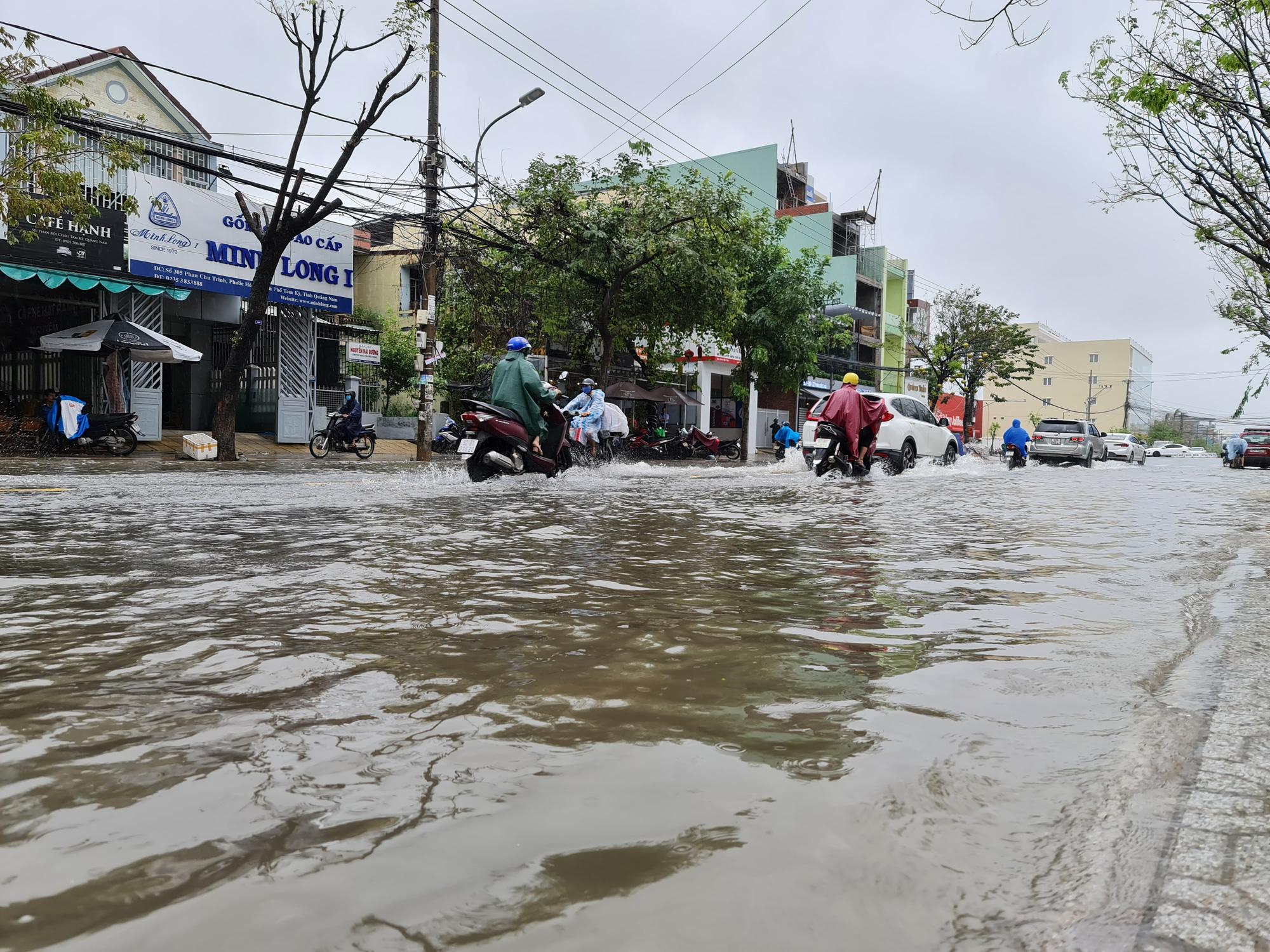 """Quảng Nam: Hồ thủy điện, thủy lợi xả lũ, dân lại """"bì bõm"""" trong nước - Ảnh 4."""