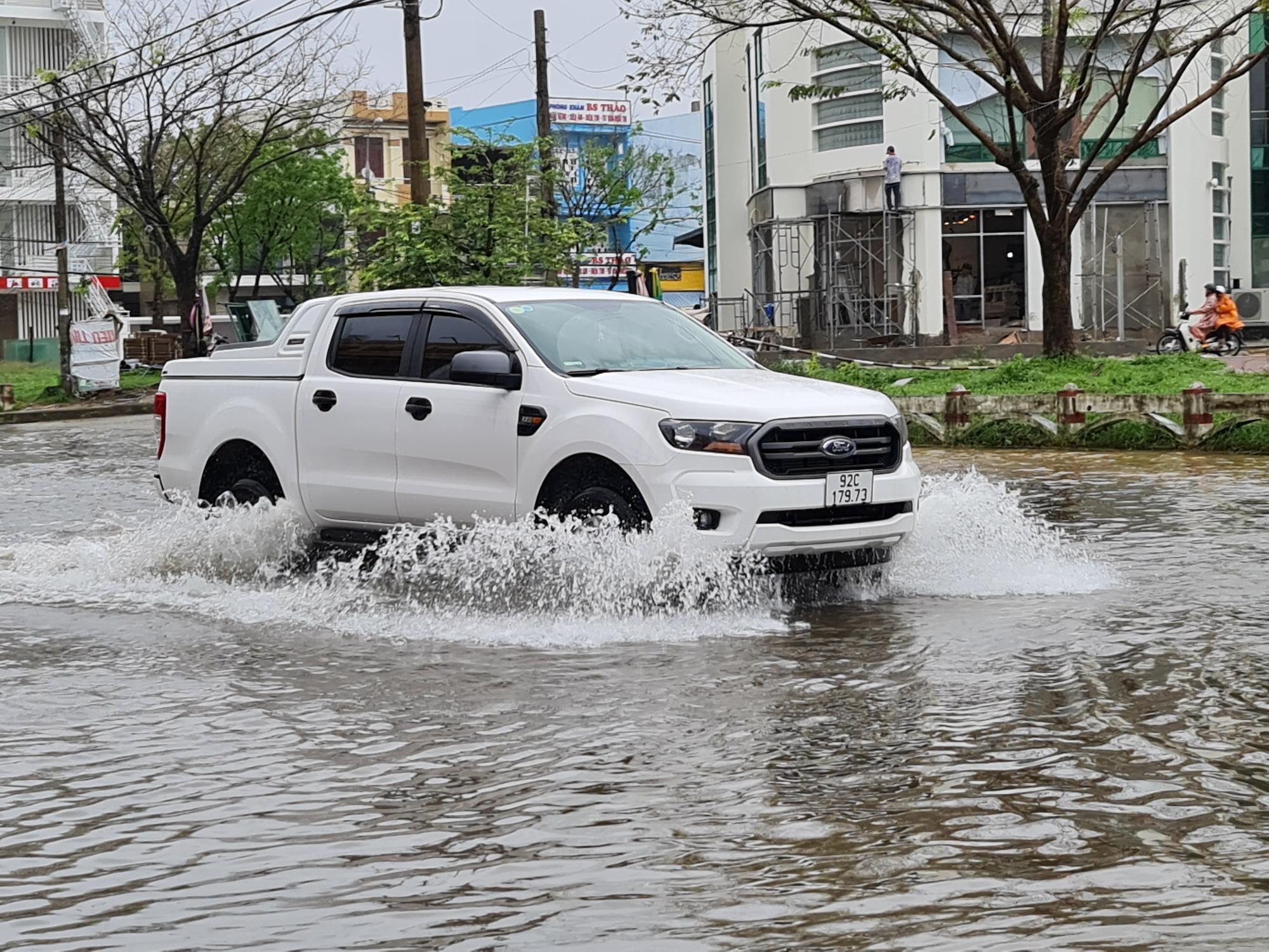 """Quảng Nam: Hồ thủy điện, thủy lợi xả lũ, dân lại """"bì bõm"""" trong nước - Ảnh 5."""