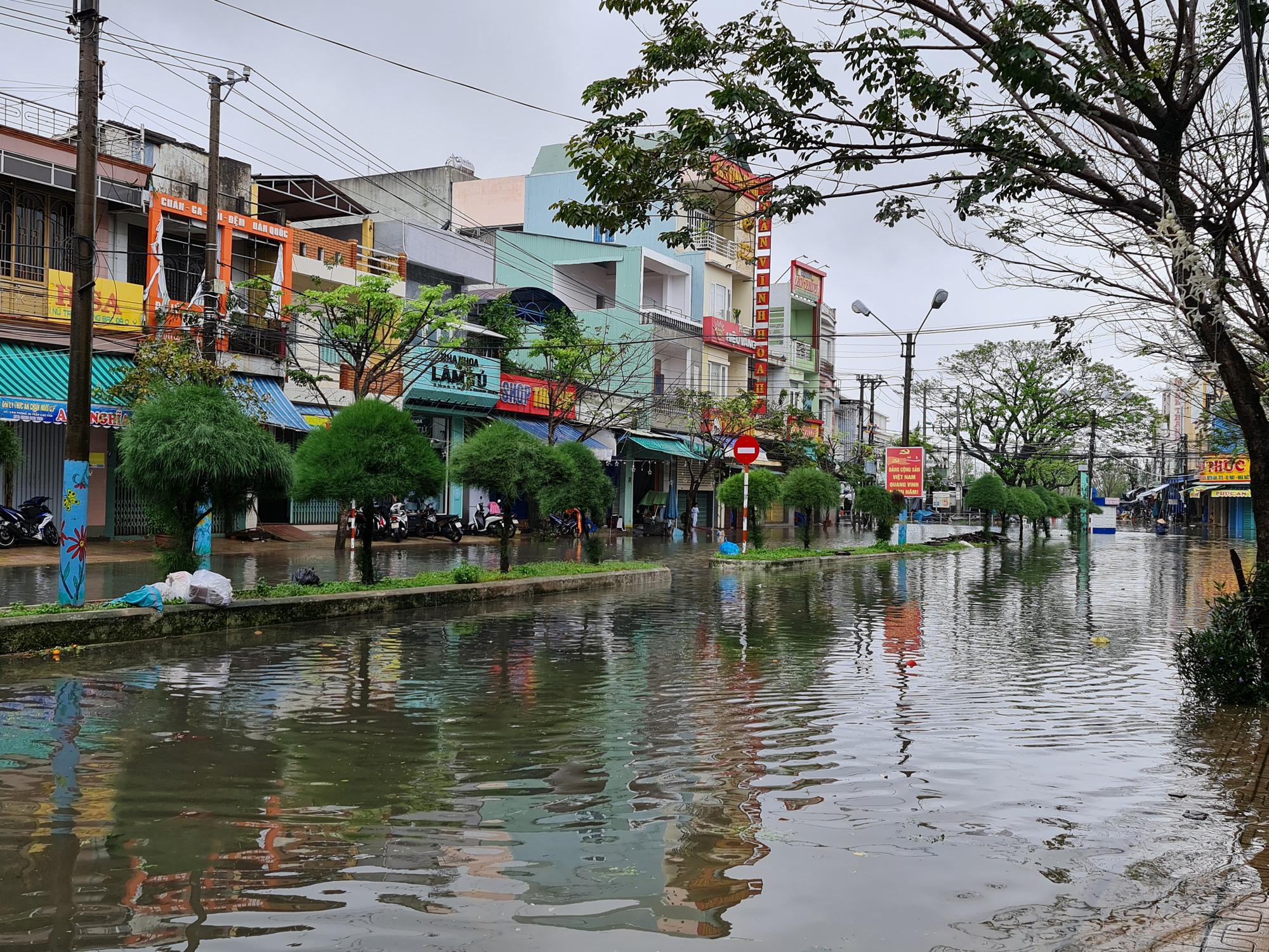"""Quảng Nam: Hồ thủy điện, thủy lợi xả lũ, dân lại """"bì bõm"""" trong nước - Ảnh 7."""