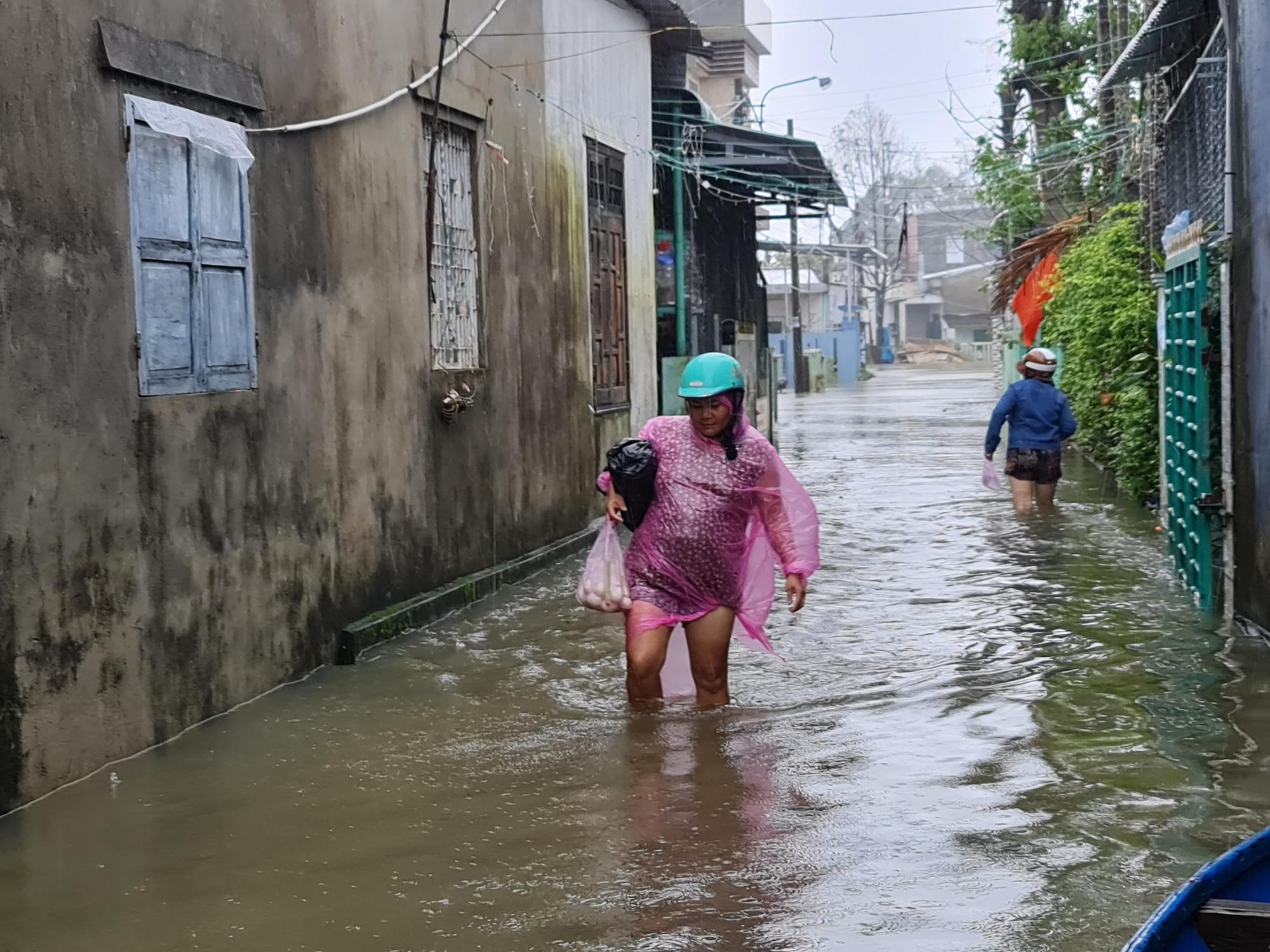 """Quảng Nam: Hồ thủy điện, thủy lợi xả lũ, dân lại """"bì bõm"""" trong nước - Ảnh 2."""
