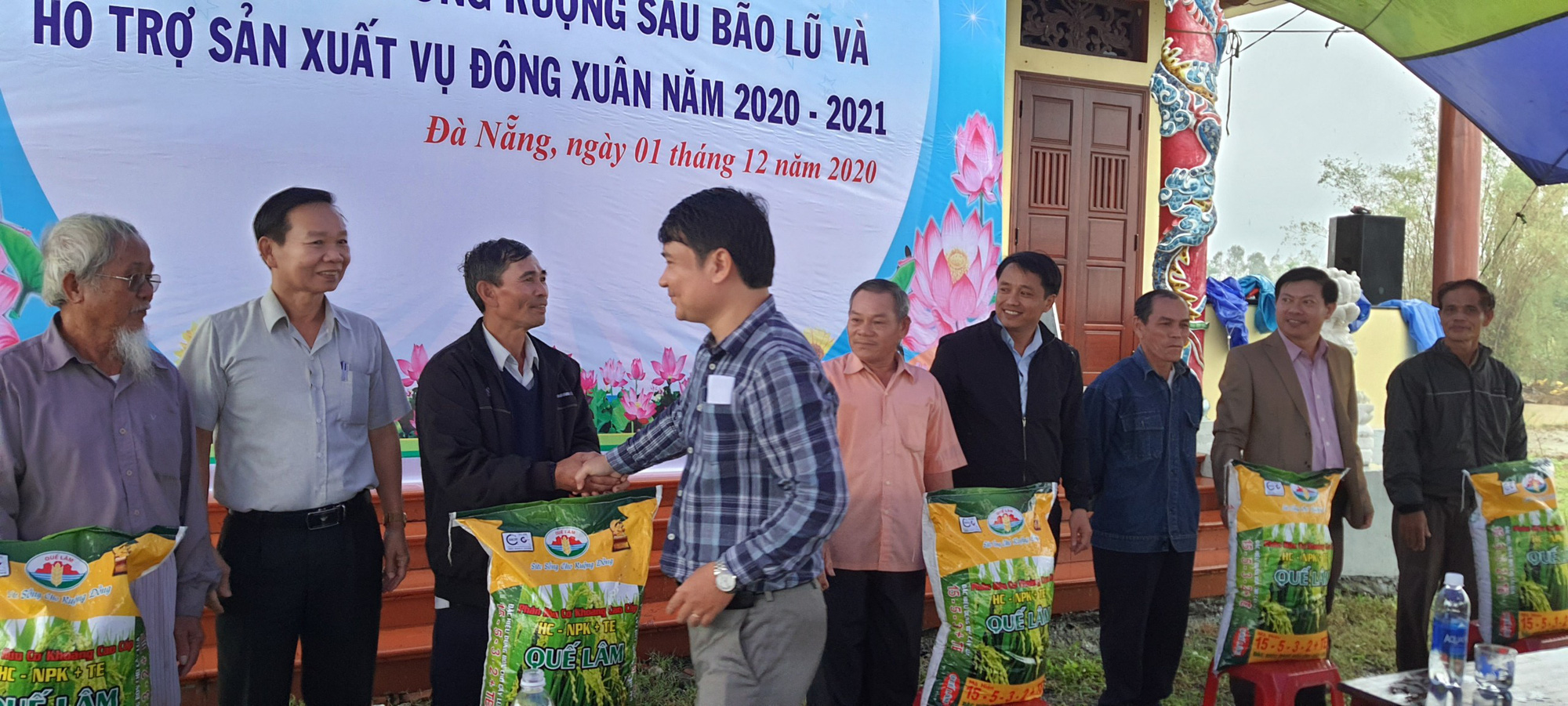 Hội Nông dân Đà Nẵng ra quân dọn vệ sinh đồng ruộng và hỗ trợ nông dân sản xuất sau bão lũ - Ảnh 3.