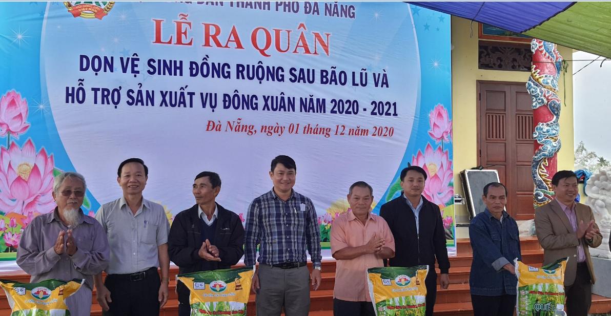 Hội Nông dân Đà Nẵng ra quân dọn vệ sinh đồng ruộng và hỗ trợ nông dân sản xuất sau bão lũ - Ảnh 1.