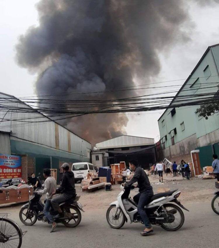 Hà Nội: Nhiều xưởng gỗ cùng bốc cháy ngùn ngụt - Ảnh 3.