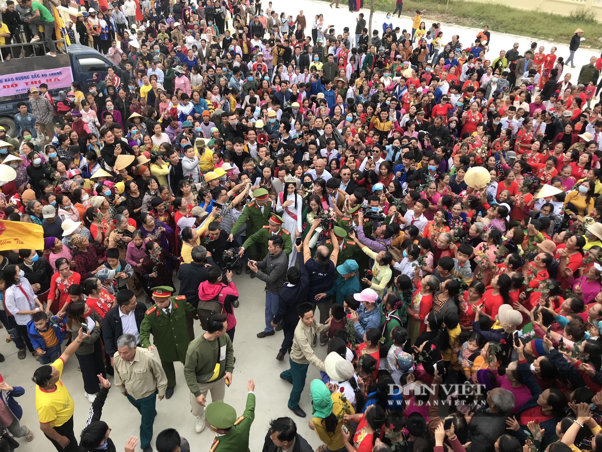 Hàng nghìn người đón hoa hậu Đỗ Thị Hà về thăm quê - Ảnh 1.