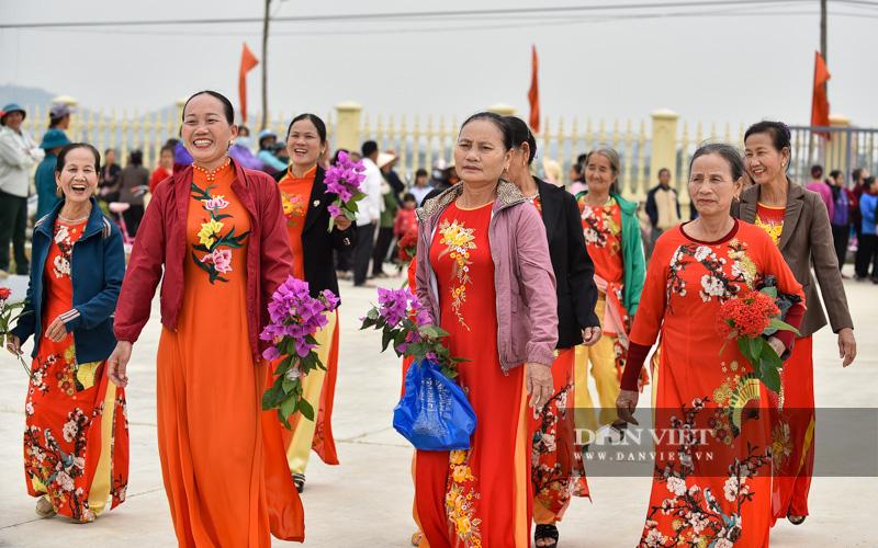 Hàng nghìn người đón hoa hậu Đỗ Thị Hà về thăm quê - Ảnh 3.