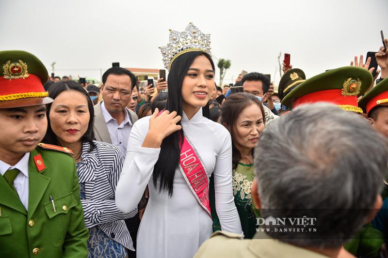 Hàng nghìn người đón hoa hậu Đỗ Thị Hà về thăm quê - Ảnh 6.