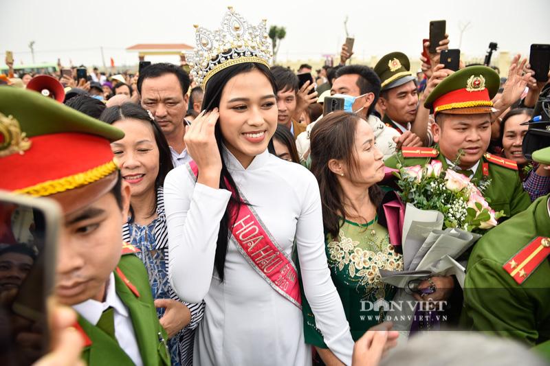 Hàng nghìn người đón hoa hậu Đỗ Thị Hà về thăm quê - Ảnh 7.