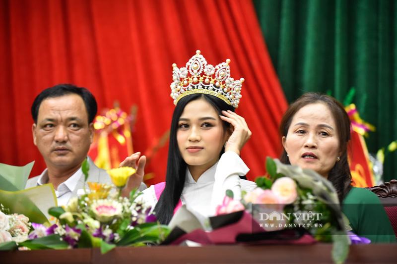 Hàng nghìn người đón hoa hậu Đỗ Thị Hà về thăm quê - Ảnh 8.
