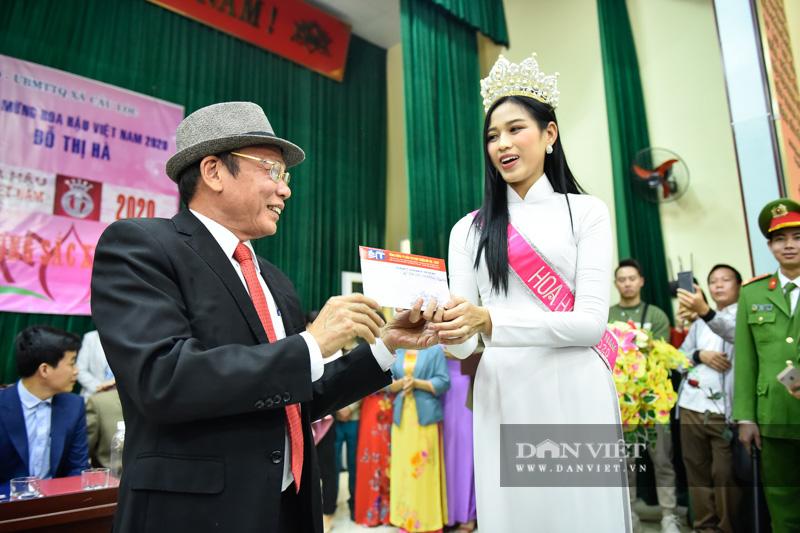 Hàng nghìn người đón hoa hậu Đỗ Thị Hà về thăm quê - Ảnh 9.