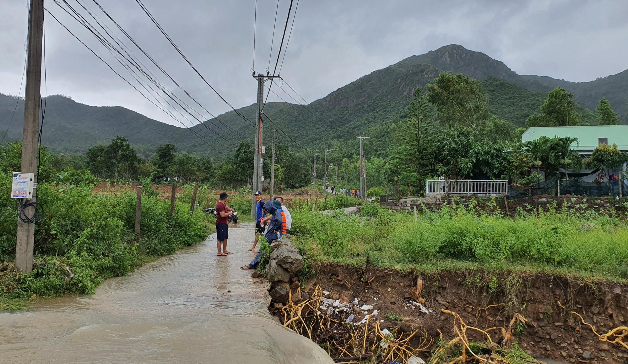 Khánh Hòa: Băng qua suối, 3 cha con bị lũ cuốn - Ảnh 1.