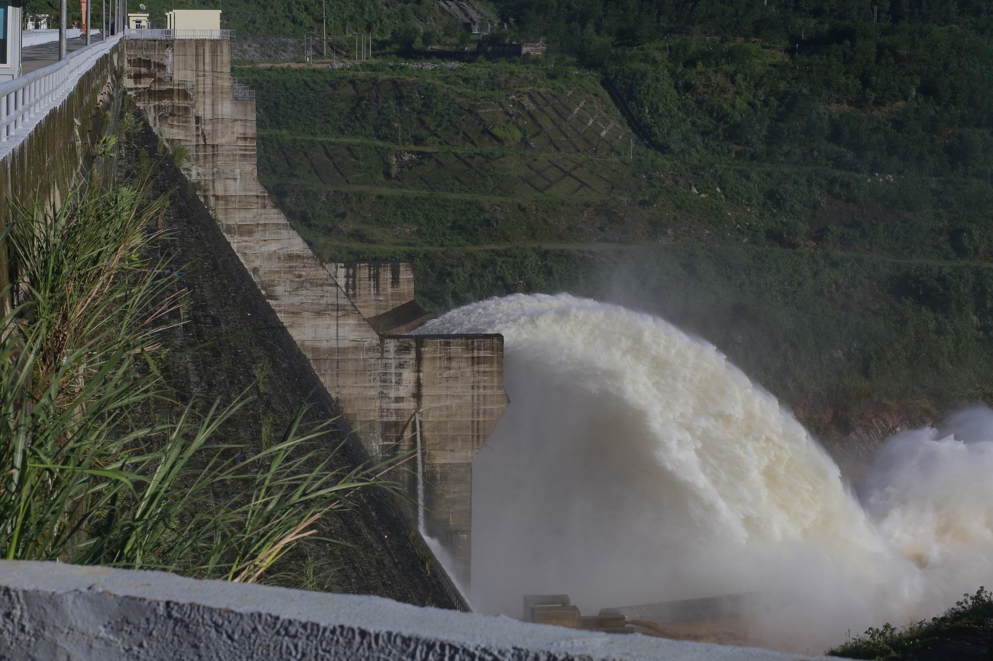 """Quảng Nam: Hồ thủy điện, thủy lợi xả lũ, dân lại """"bì bõm"""" trong nước - Ảnh 9."""