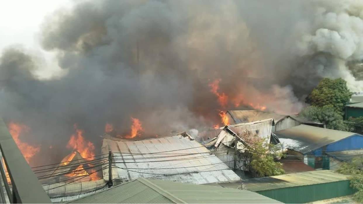 Hà Nội: Nhiều xưởng gỗ cùng bốc cháy ngùn ngụt - Ảnh 1.