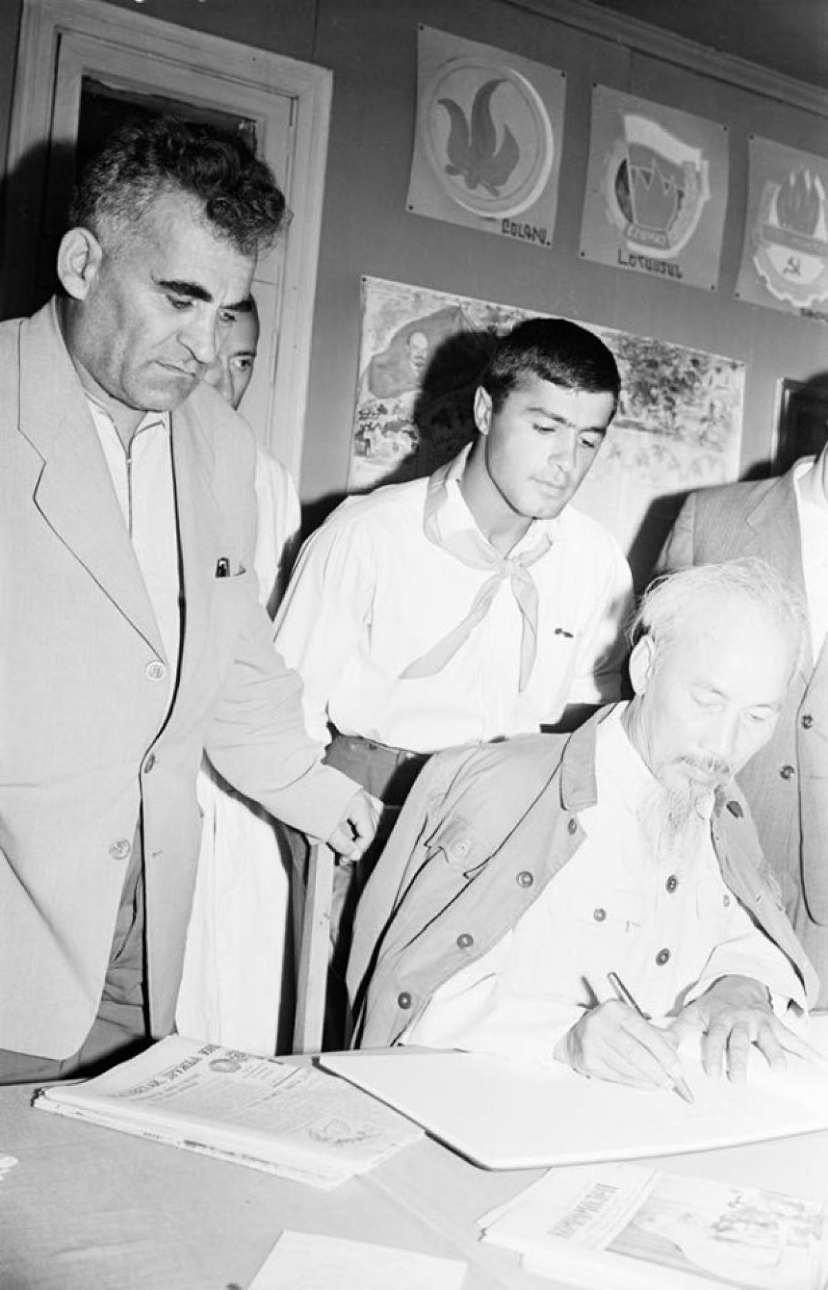 Loạt ảnh quý hiếm về Chủ tịch Hồ Chí Minh thăm Armenia - Ảnh 3.