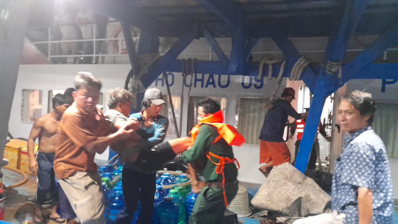 Kiên Giang: 4 ngư dân bị ngạt khí hầm cá lúc đang đánh bắt trên biển - Ảnh 1.