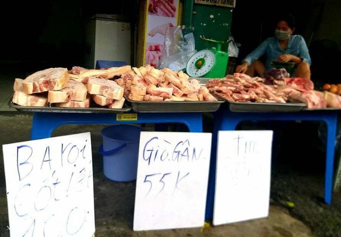 """TP.HCM: Thịt heo đông lạnh giá """"siêu rẻ"""" được bày bán khắp các lề đường - Ảnh 1."""